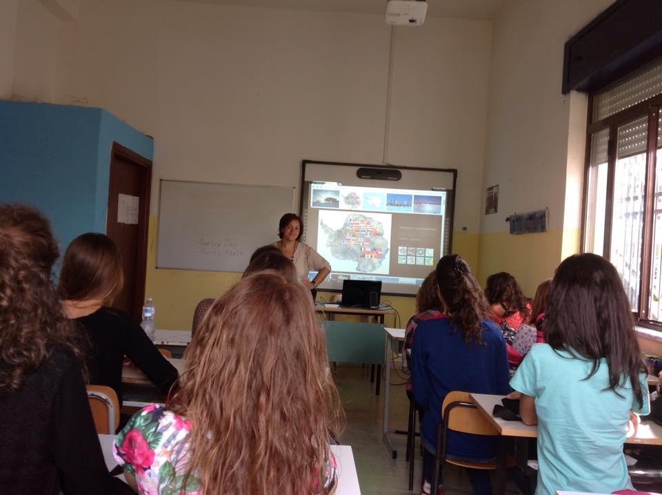 """L'insegnante Paola Giunta durante una lezione """"polare"""" prima del collegamento in videoconferenza con Mario Zucchelli Station."""