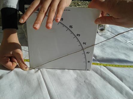 Con un quadrante i ragazzi misurano anche l'altezza del sole, cioè l'angolo tra il piano dell'orizzonte e la nostra stella.