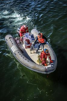 Un fuoribordo del PNRA dove lavorano ricercatori coadiuvati da militari della Marina. Copyright PNRA.
