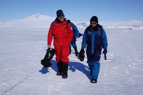 Oliviero e Roberto parlano della prima ricerca italiana sulla foca di Weddell. Copyright PNRA