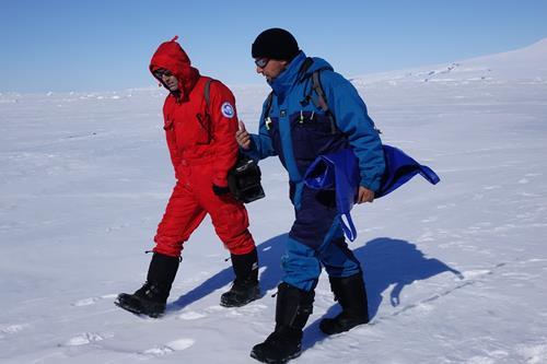 Arnold e Carlo mentre si dirigono verso la frattura del pack dove sono presenti le foche. Copyright PNRA