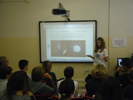 Uno studente che fa lezione ad altri studenti: che meraviglia!