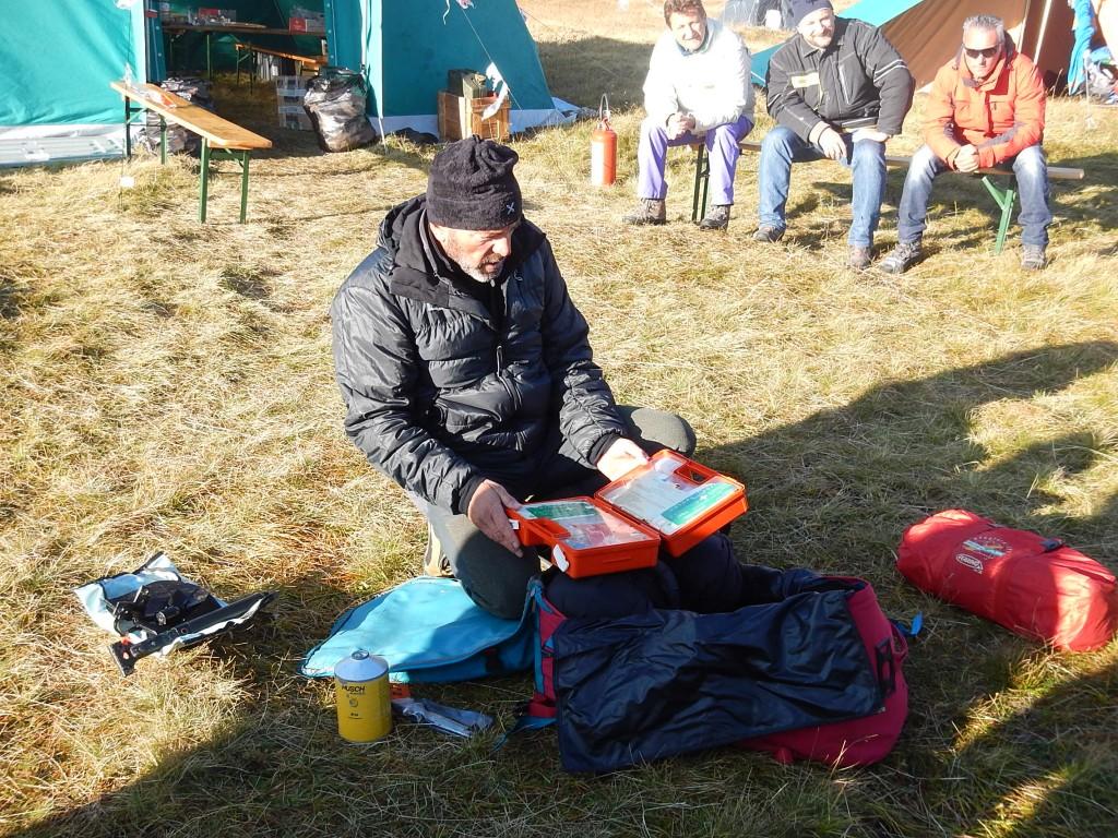 Una guida alpina dell'esercito che è stato nostro istruttore durante il corso, ci spiega il contenuto dello zaino di sopravvivenza (foto fatta da Alessia Cicconi Copyright PNRA)