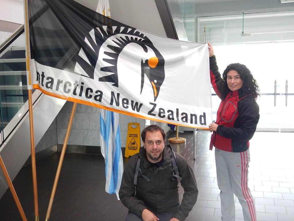 """Logo del programma antartico neozelandese. Un pinguino stilizzato con all'interno il simbolo della Nuova Zelanda, la """"silver fern"""" la felce d'argento."""