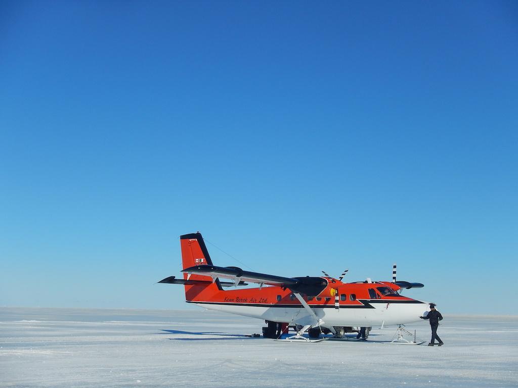 Il Twin Otter appena atterrato sul pack di Baia Terra Nova. Copyright PNRA.