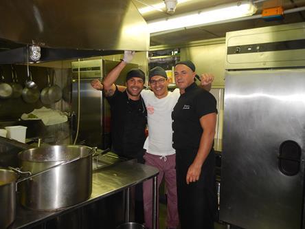 """Emanuele (addetto cucina), Luigi (aiuto cuoco) e Franco (chef). La """"cucina"""" al completo. Copyright PNRA."""