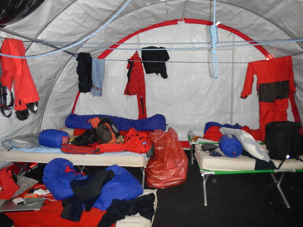Interno della tenda. Scusate il disordine: siamo appena arrivati. Copyright PNRA