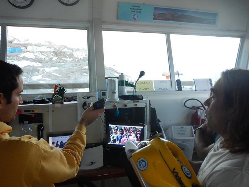 Edoardo Spirandelli spiega alle classi l'utilizzo del Robot per le riprese subacquee. Copyright PNRA: