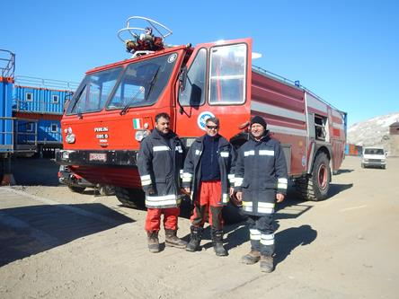 Da destra: Antonio De Leonardis Vigile del Fuoco, Daniele Visparelli e Giuseppe Caivano volontari nelle operazioni di assistenza a atterraggio e decollo dei mezzi aerei sul pack. Copyright PNRA.