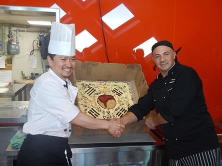 """Da buona tradizione italiana """"abbiamo bussato con i piedi"""" a Jang Bogo Station. Il nostro chef di cucina Franco Lubelli ( a destra nella foto con lo chef coreano) ha preparato una torta da portare in dono ai coreani. Copyright PNRA."""