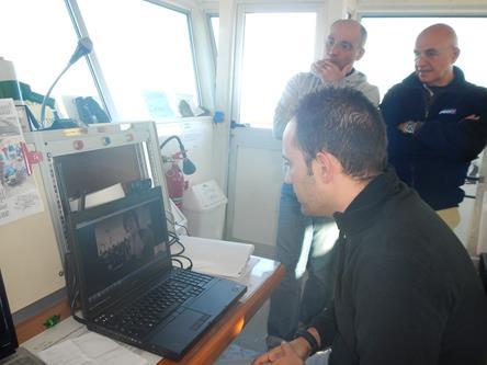 Alessio Chirivino, pilota militare della Marina spiega il suo lavoro di responsabile della sala operativa della Base Mario Zucchelli. Copyright PNRA.