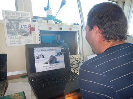Il ricercatore Arnold Rakaj spiega agli studenti  la ricerca italiana sulla foca di Weddell. Copyright PNRA.