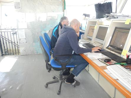 Franco e Christian, in sala operativa, intenti a osservare le immagini da satellite. Copyright PNRA.