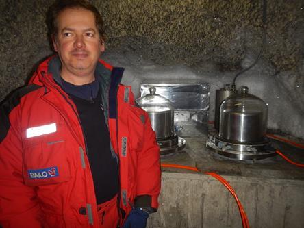 Francesco nella grotta sismica con alle spalle i sismografi. Copyright PNRA.