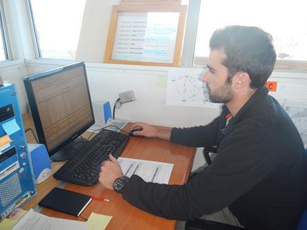 Angelo intento a programmare l'attività del giorno successivo tenendo conto delle esigenze dei ricercatori e delle previsioni dei previsori meteo. Copyright PNRA.