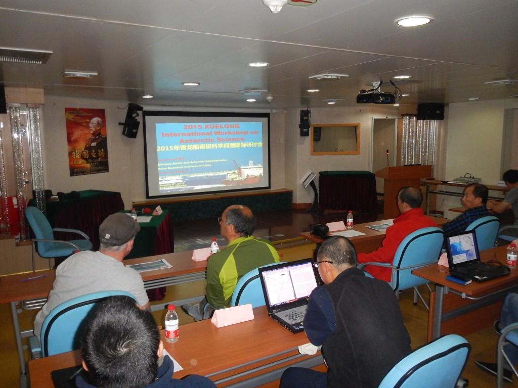 Durante la navigazione, approfittando della presenza di ricercatori italiani, coreani, neozelandesi ed ovviamente cinesi è stato organizzato un workshop sulla ricerca in Antartide. Copyright PNRA.