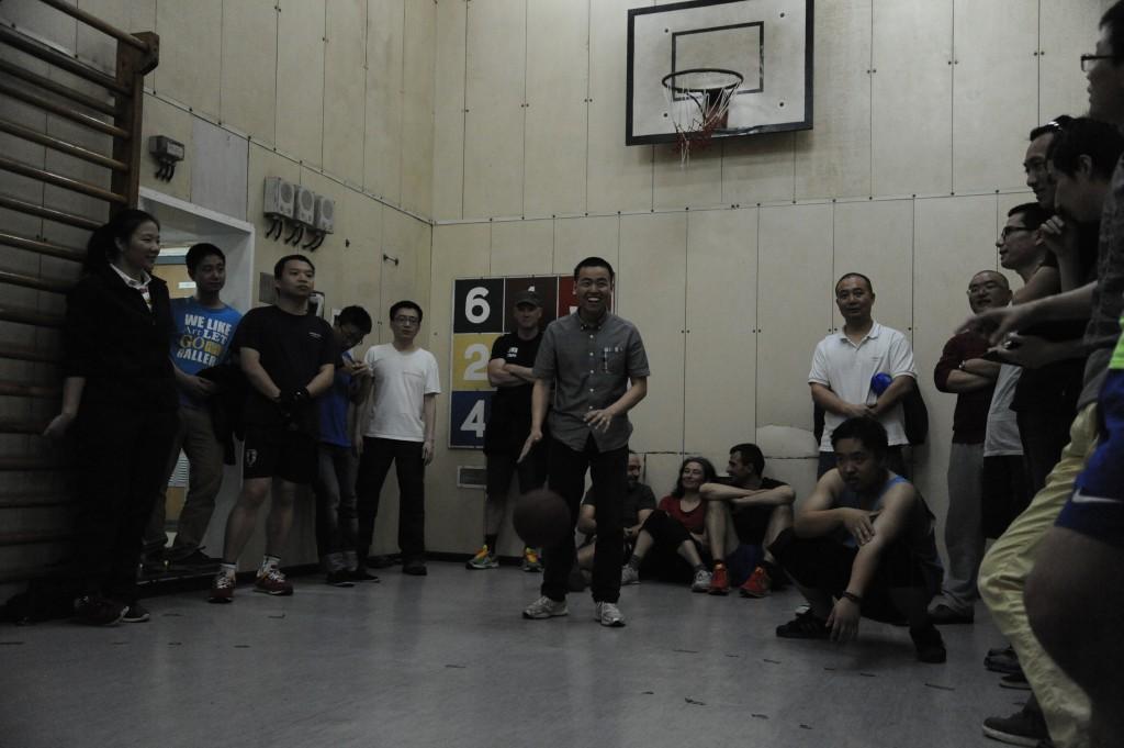 Per fare un po' di movimento nella nave era presente un piccolo campo di pallacanestro. Nella foto: un torneo a tiri liberi organizzato nel dopo cena. Copyright PNRA.