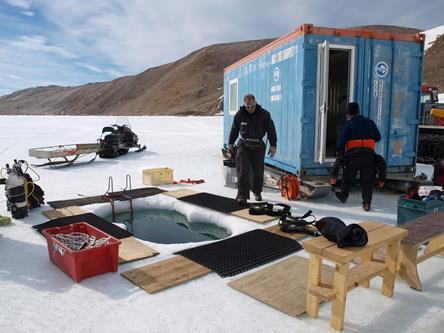 Per effettuare un'immersione prima di tutto sono necessari due fori sul pack (nella foto vedete quello principale, a pochi metri c'è quello di emergenza).  Copyright PNRA.