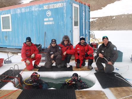 Il gruppo dei subacquei della XXX Spedizione Italiana in Antartide al completo (nella foto insieme ad uno di due medici della base ed al capo spedizione). Copyright PNRA.