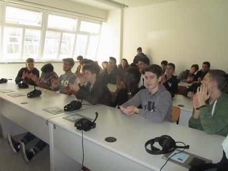 Alunni delle due classi  dell'Istituto Cattaneo di Pisa durante il collegamento con Mario Zucchelli Station. Copyright PNRA.
