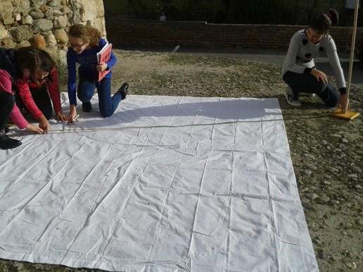 I ragazzi della IIIA misurano l'ombra dello gnomone.