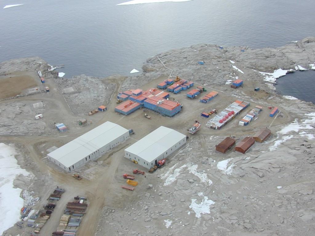 Veduta dall'alto di MZS dove si possono osservare oltre al corpo centrale in blu e arancio anche altri edifici come i magazzini  e gli hangar per gli elicotteri. Copyright PNRA.