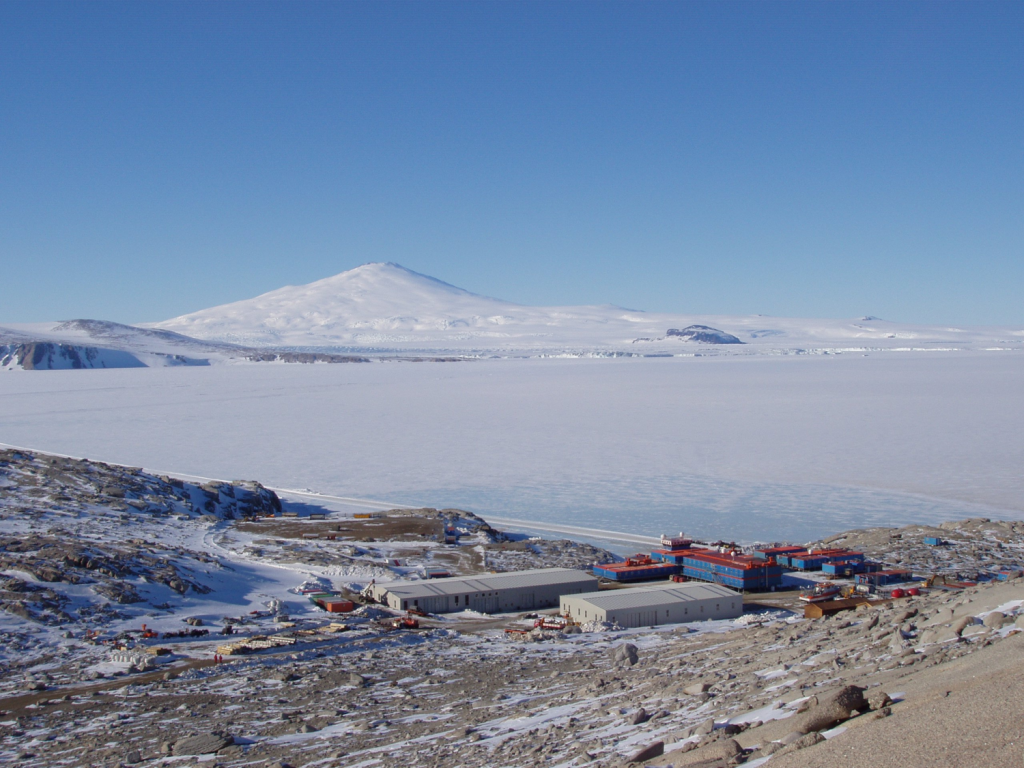 Dalla sala operativa di MZS si gode una vista eccezionale. Dietro il mare ghiacciato si staglia la sagoma del Monte Melbourne, un vulcano quiesciente. Copyright PNRA.
