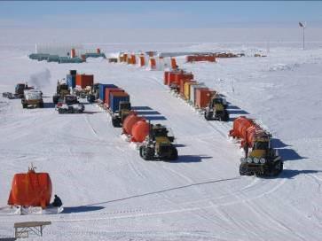 Una traversa, cioè mezzi cingolati atti al trasporto su neve. Le traverse partono dalla base costiera francese Dumont D'Urville per arrivare a Concordia in circa 15 giorni. Copyright PNRA.