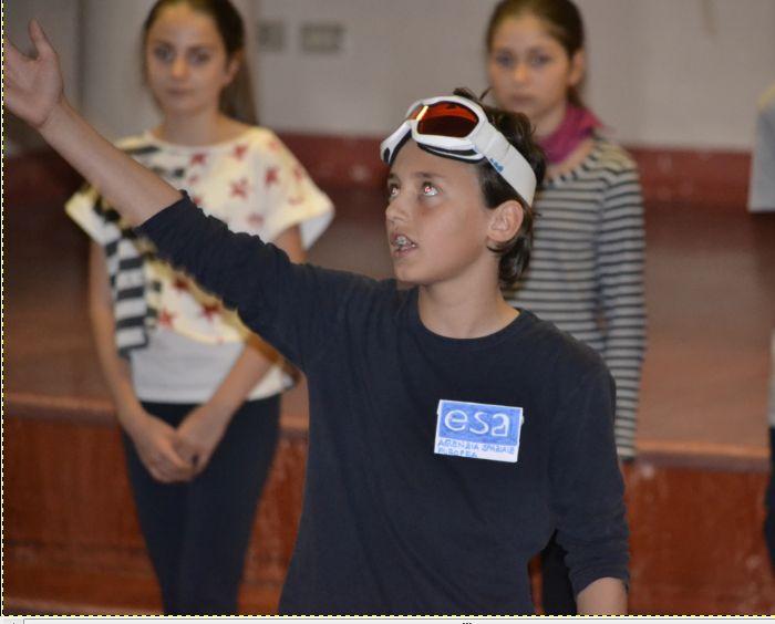 Questo piccolo attore interpreta l'astronauta Parmitano. Andare oggi nello spazio non è poi così diverso dalle spedizioni antartiche.