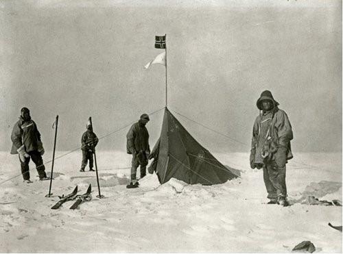 La tenda, battente bandiera norvegese, collocata nei pressi del Polo Sud  da Amundsen ed i suoi uomini.